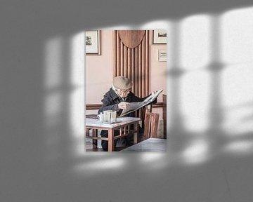 Man in een cafe in Portugal van Bianca Kramer