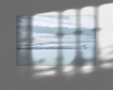 Alken in vlucht boven landschap van Jökulsárlón gletsjerlagune van Teun Janssen