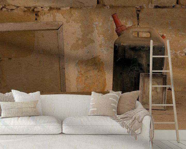 Sfeerimpressie behang: jerrycan maria childerij en dienblad in oud stilleven van ChrisWillemsen