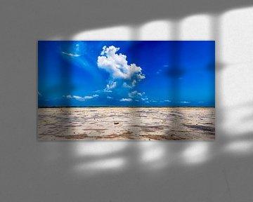Onweerswolken op het strand van Zanzibar bij strak blauwe lucht van Erwin Floor