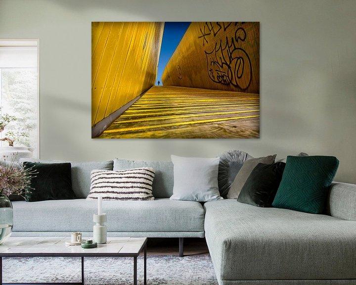 Sfeerimpressie: Gele trap met mens van Marcel van Balken