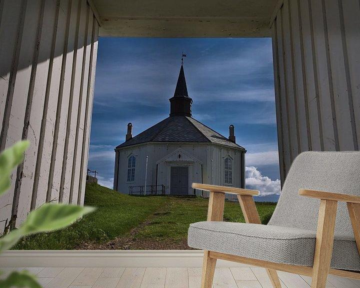 Sfeerimpressie behang: Zicht door de poort van de witte kerk van Dverberg, Noorwegen vanuit het kikkerperspectief van Timon Schneider