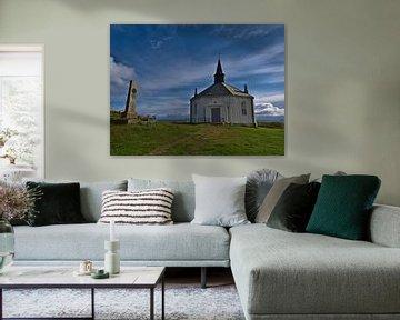 Witte kerk van Dverberg, Noorwegen in zonneschijn van Timon Schneider
