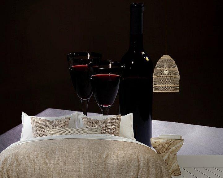 Sfeerimpressie behang: Stilleven met rode wijn en twee glazen van Rudy Rosman