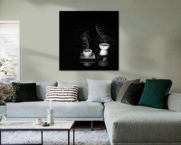Humoristisch stilleven met koffie  in zwart wit . van Saskia Dingemans