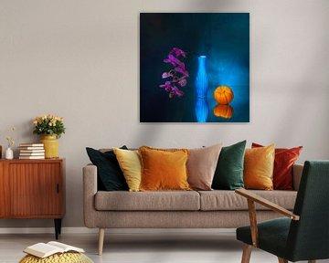 Electric blue  . Vrolijk stilleven met orchidee en pompoen. van Saskia Dingemans
