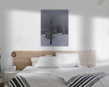 Bevroren bergtopkruis op de Schliffkopf in diepe sneeuw in de winter van Timon Schneider