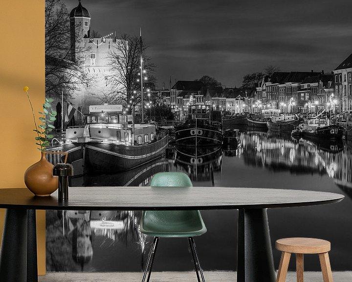 Sfeerimpressie behang: Thorbeckegracht met Pelsertoren Zwolle in zwart wit van Fotografie Ronald