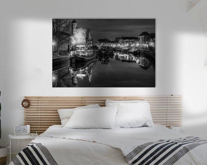 Sfeerimpressie: Thorbeckegracht met Pelsertoren Zwolle in zwart wit van Fotografie Ronald