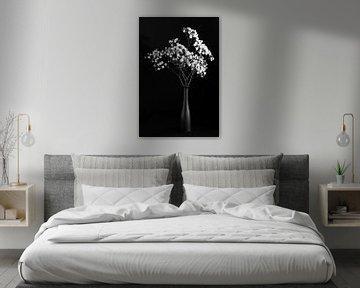 Stilleven met witte bloemen, monochroom