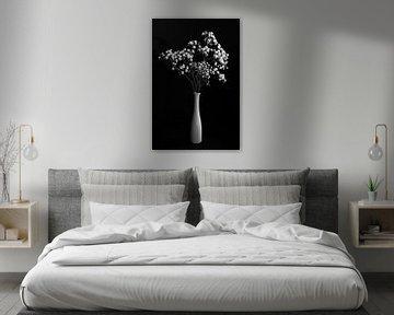 Stilleven met witte bloemen in witte vaas, monochroom