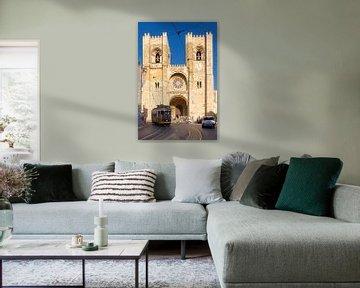 Lissabon: die Catedral Sé Patriarcal und die Straßenbahn Nummer 12 von Berthold Werner