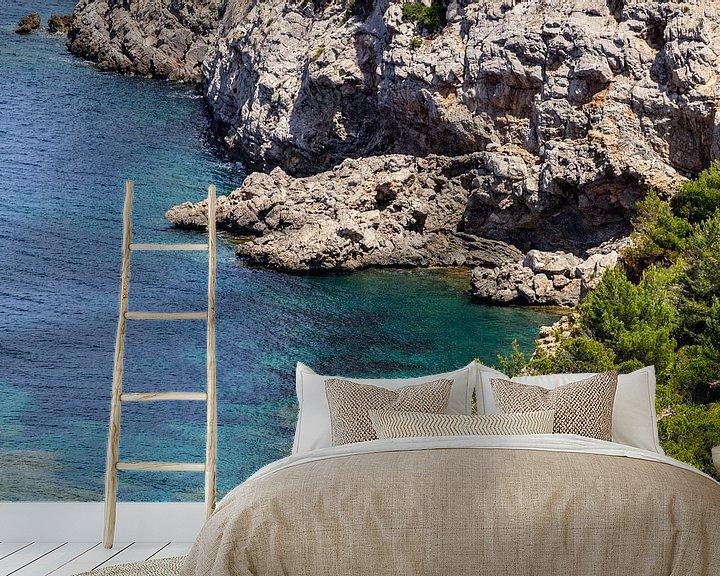 Sfeerimpressie behang: Kustlandschap voor het schiereiland La Victoria in Mallorca van Reiner Conrad