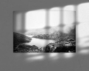 Nebliges Snowdonia in Schwarz-Weiß, Fotodruck von Manja Herrebrugh - Outdoor by Manja