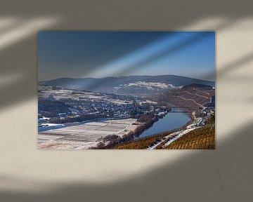 Uitzicht op het winterse Moezeldal tussen Lieser en Mülheim van Reiner Conrad