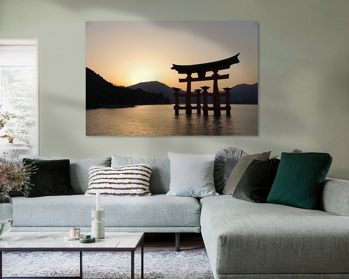 Sfeerimpressie: Zonsondergang bij Miyajima van Astrid Meulenberg