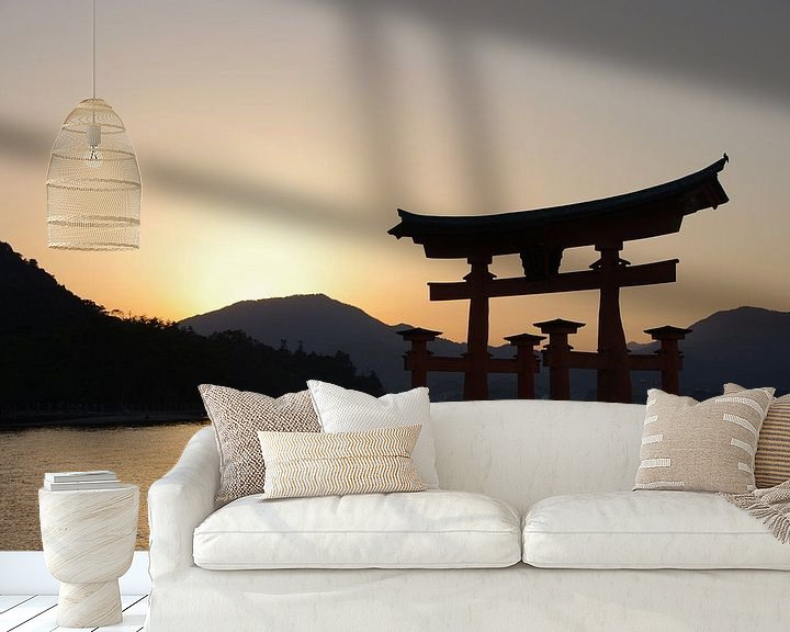 Sfeerimpressie behang: Zonsondergang bij Miyajima van Astrid Meulenberg