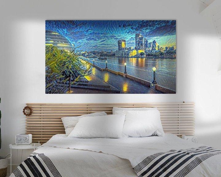 Sfeerimpressie: Schilderij Londen Skyline in stijl Van Gogh Sterrennacht van Slimme Kunst.nl