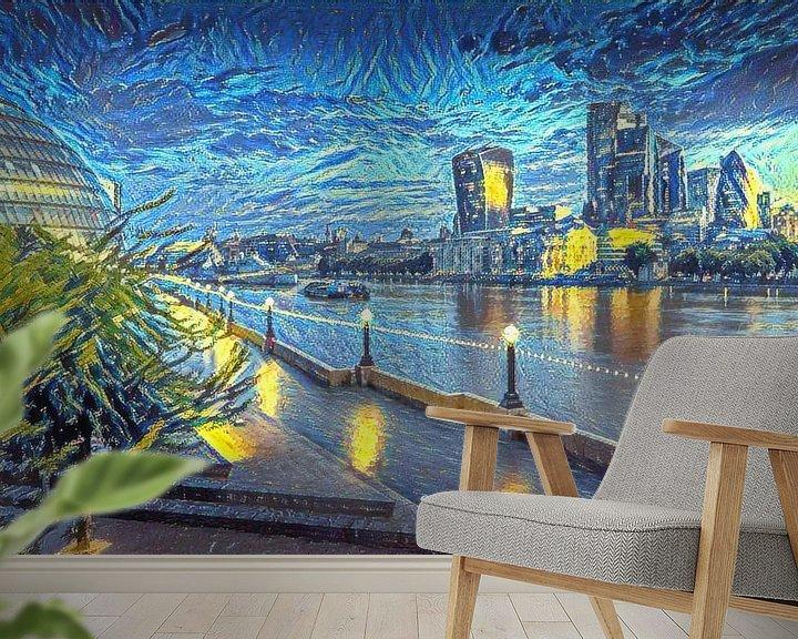 Sfeerimpressie behang: Schilderij Londen Skyline in stijl Van Gogh Sterrennacht van Slimme Kunst.nl