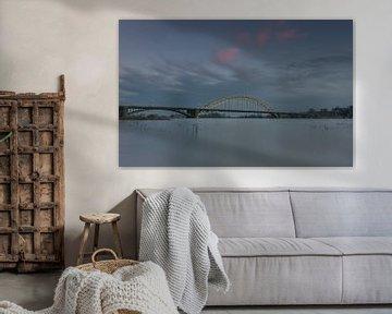 Waalbrug bij Nijmegen met hoog water van Patrick Verhoef
