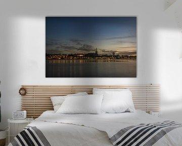 Nijmegen in de avond bij hoog water van Patrick Verhoef