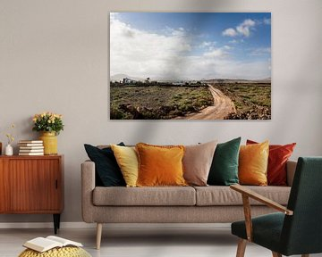 Onverharde weg door dor landschap op Fuerteventura