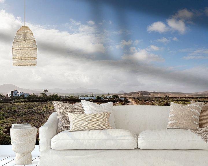 Sfeerimpressie behang: Onverharde weg door dor landschap op Fuerteventura van Peter de Kievith Fotografie