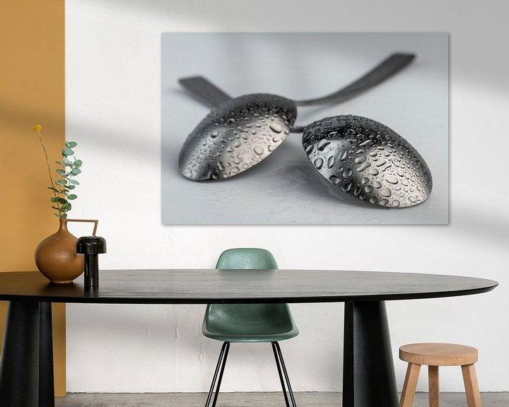 Beispiel: Abstrakte künstlerische Fotografie eines Bestecks, wobei zwei Löffel mit Wassertropfen übereinander  von Tonko Oosterink
