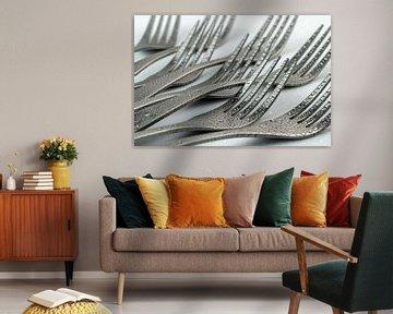 Abstrakte künstlerische Fotografie von Besteck, wobei acht liegende Gabeln mit Wassertropfen vor ein von Tonko Oosterink