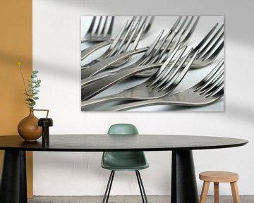 Abstrakte künstlerische Fotografie von Besteck, wobei acht liegende Gabeln vor einem weißen Hintergr von Tonko Oosterink