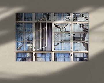 Dichte gordijnen en een openstaand raam