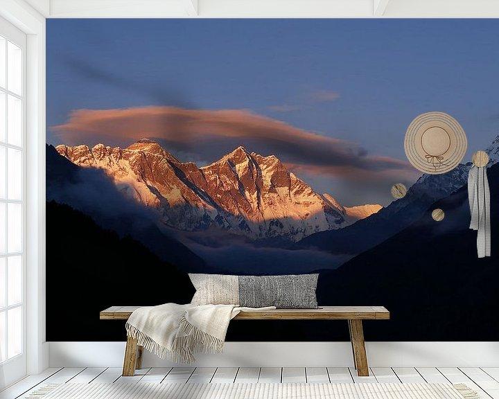 Sfeerimpressie behang: Zonsondergang op Everest van Timon Schneider