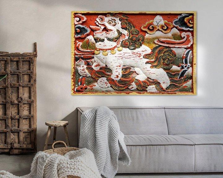 Sfeerimpressie: Relief van een leeuw in Bhutan van Theo Molenaar