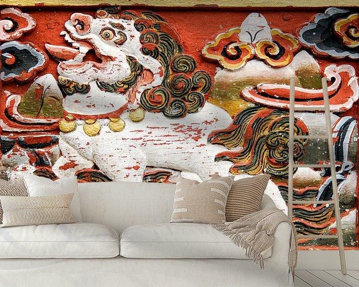 Sfeerimpressie behang: Relief van een leeuw in Bhutan van Theo Molenaar