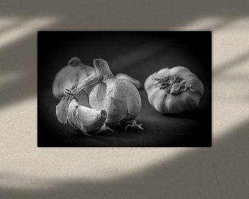 Macro van knoflook in zwart en wit van Dieter Walther