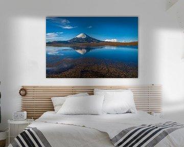 Een Landschap met vulkaan die perfect weerspiegelt in een meer van Chris Stenger