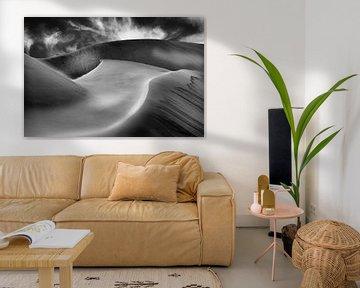Abstracte foto van zandduinen in zwart-wit van Chris Stenger