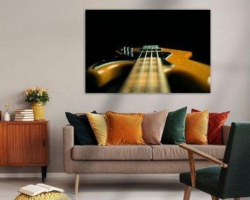 Bassgitarre gegen schwarzen Hintergrund von Bert-Jan de Wagenaar