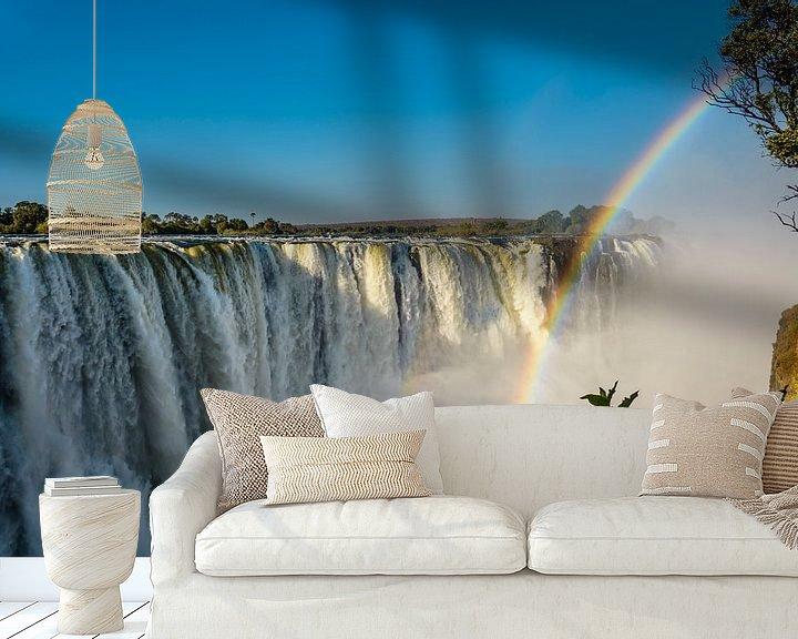 Sfeerimpressie behang: Regenboog over de Victoria waterval van Theo Molenaar
