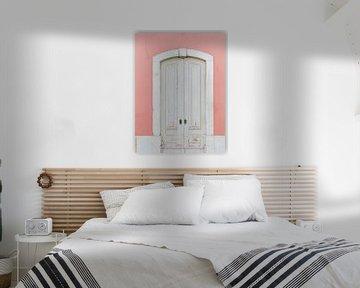 Pastellfarbe , alte Tür in Portugal von Youri Claessens