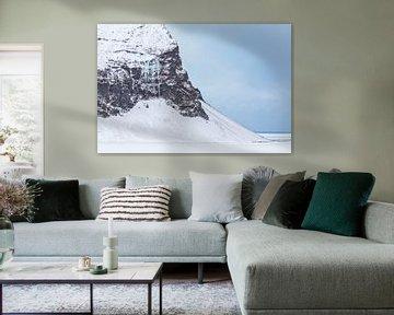 Berg met enorme ijspegels in IJsland
