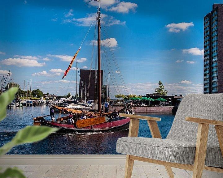 Sfeerimpressie behang: Botter verlaat de Haven Van Almere Haven van Brian Morgan