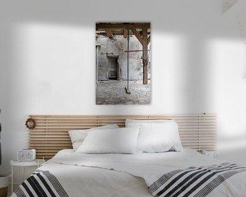 bouwval met oude muren en houten balken van Caroline Martinot