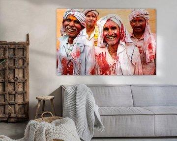 Lachende mannen tijdens Holi in India.