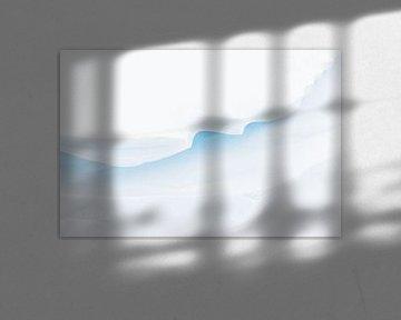Minimalistische en abstracte structuren en details in de sneeuw veroorzaakt door sneeuwduinen met li van Bas Meelker