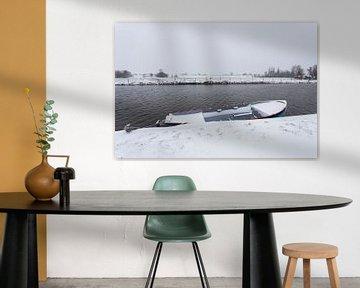 Boot met sneeuw, Nederland winterlandschap van Leontien Adriaanse