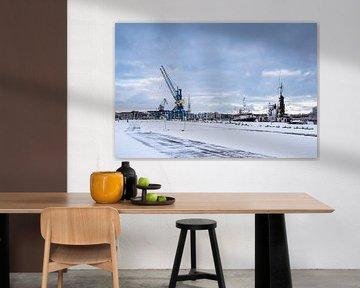 Uitzicht over de stadshaven in de Hanzestad Rostock in de winter van Rico Ködder