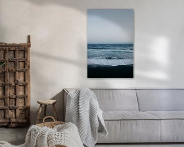 Zwart strand, blauwe zee, en witte golven in Tenerife van Yvette Baur