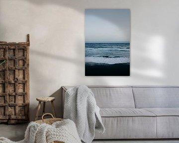Schwarzer Strand, blaues Meer und weiße Wellen auf Teneriffa von Yvette Baur