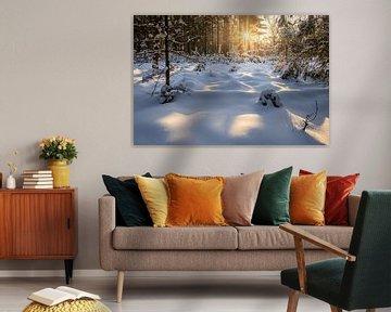 Een warme zonsopkomst in een sneeuwlandschap van Nando Harmsen